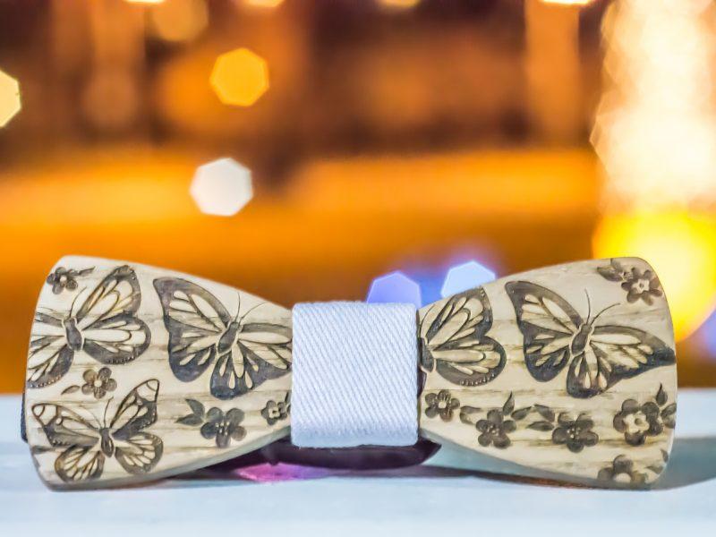 Peut-on porter un nœud papillon en bois pour un mariage ?