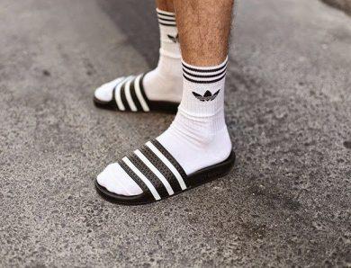 Pourquoi porter des claquettes avec des chaussettes ?