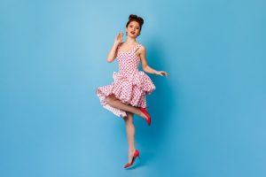 comment porter une robe asymétrique à pois