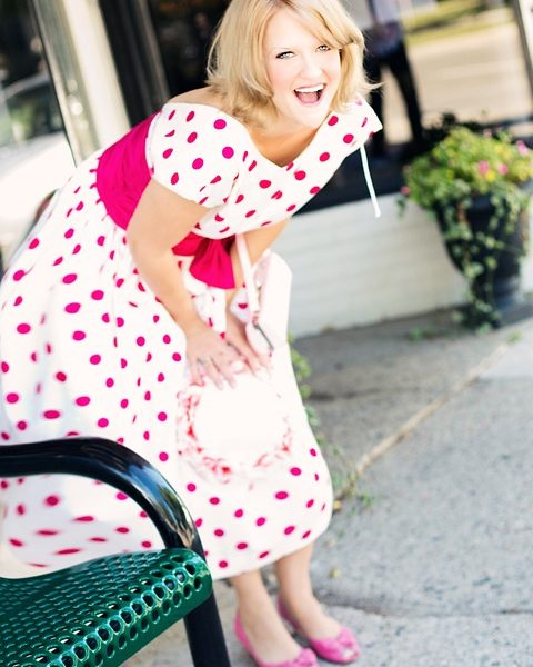Comment porter une robe asymétrique à pois ?